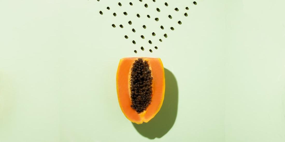Papayakerne trocknen, halbe Papaya aufgeschnitten